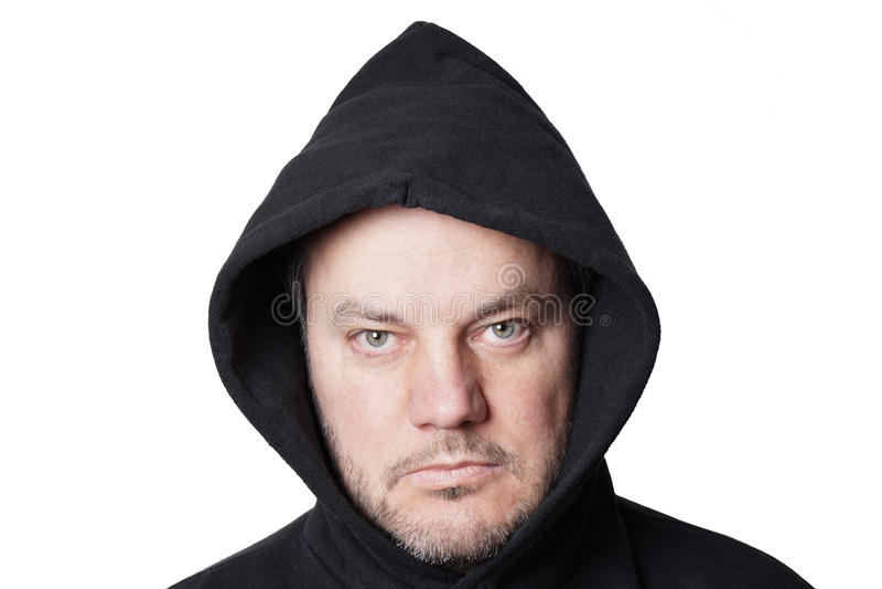Uomo che indossa maglia con cappuccio nera fotografie stock libere da diritti