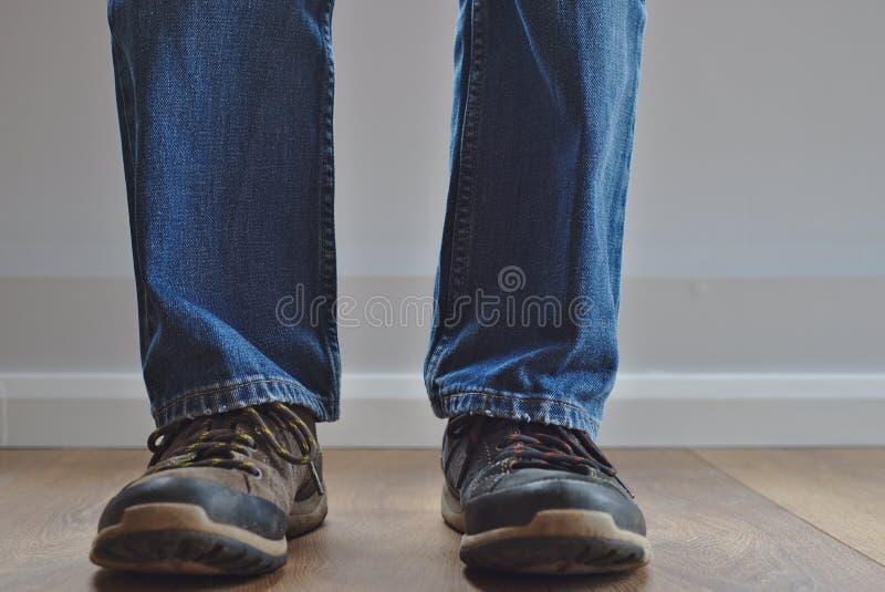 Uomo che indossa scarpe dispari immagini stock