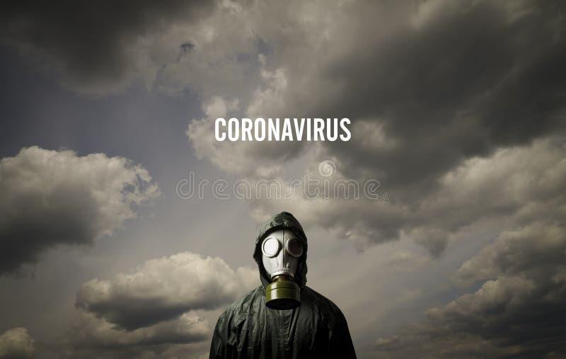 Uomo che indossa una maschera anti-gas Concetto di crisi e quarantena COVID-19 fotografie stock libere da diritti