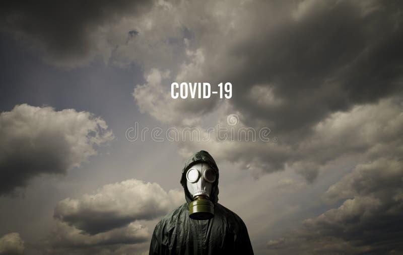 Uomo che indossa una maschera anti-gas Concetto di crisi e quarantena COVID-19 fotografie stock