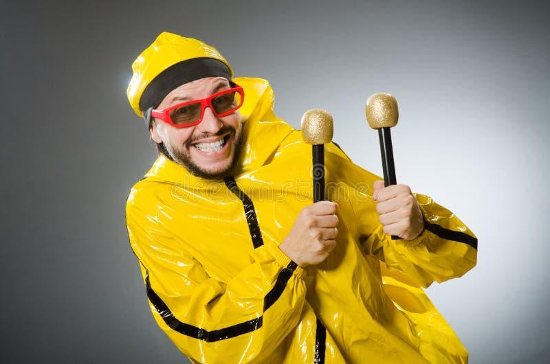 Uomo che indossa vestito giallo con il mic fotografie stock