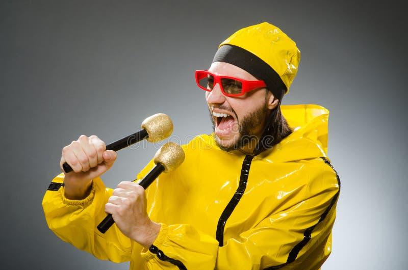 Uomo che indossa vestito giallo con il mic fotografia stock libera da diritti