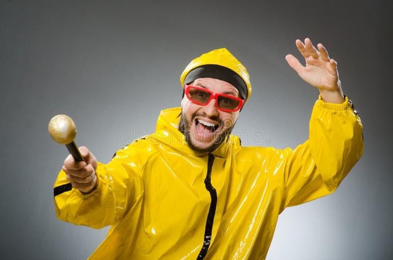 Uomo che indossa vestito giallo con il mic fotografia stock