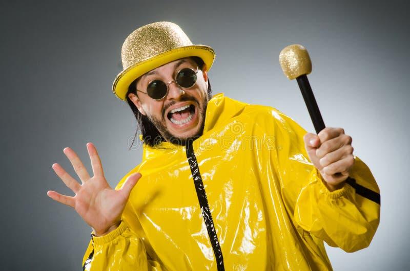 Uomo che indossa vestito giallo con il mic immagini stock