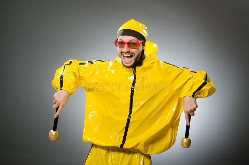 Uomo che indossa vestito giallo con il mic immagine stock libera da diritti