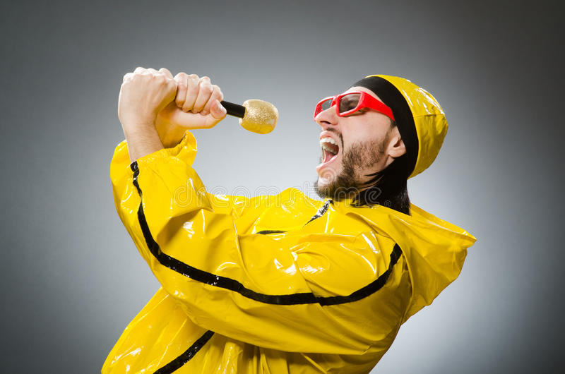 Uomo che indossa vestito giallo con il mic fotografie stock libere da diritti