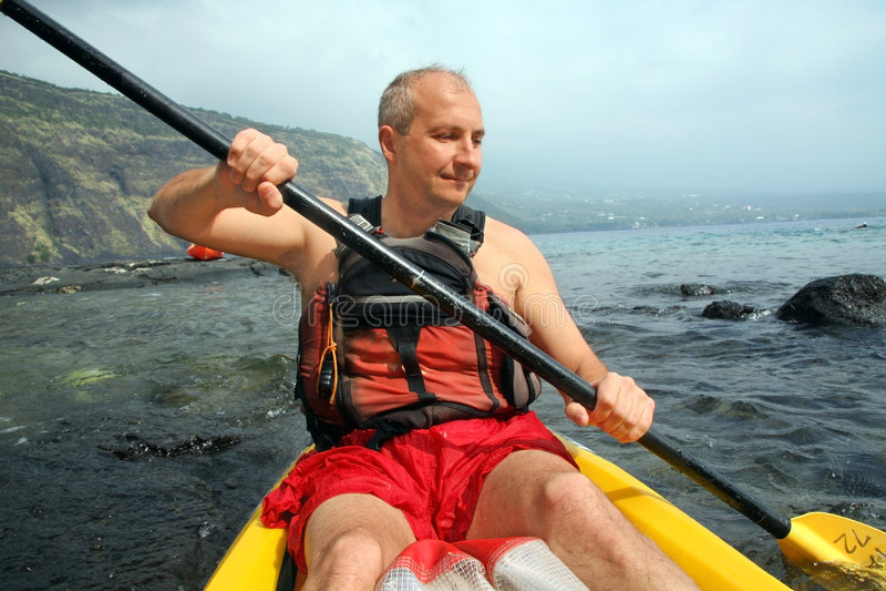 Uomo che kayaking fotografia stock libera da diritti