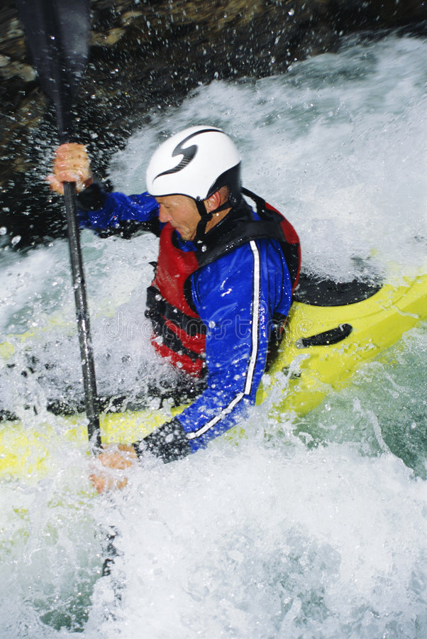 Uomo che kayaking nei rapids fotografia stock