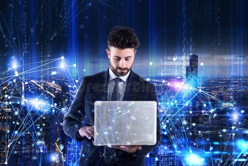 Uomo che lavora ad un computer portatile Concetto di analisi del software immagine stock libera da diritti