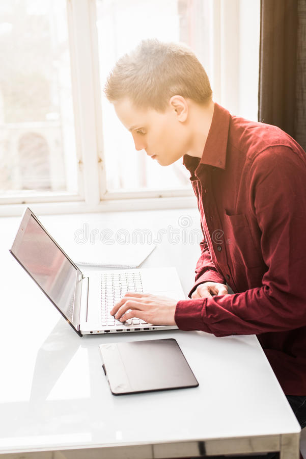 Uomo che lavora al computer portatile fotografia stock libera da diritti