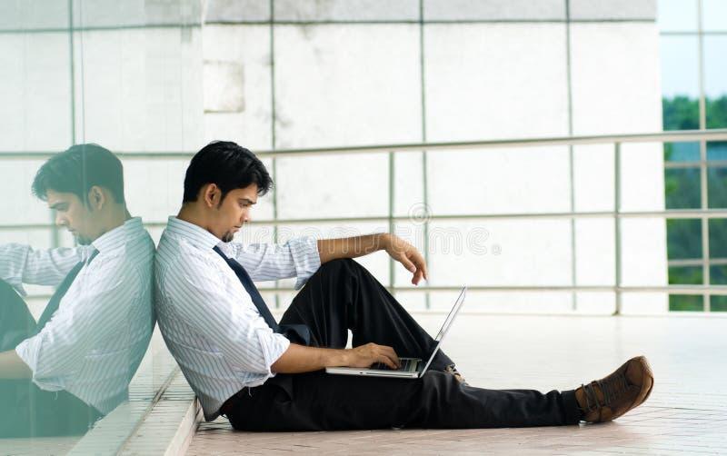 Uomo che lavora al computer portatile immagini stock