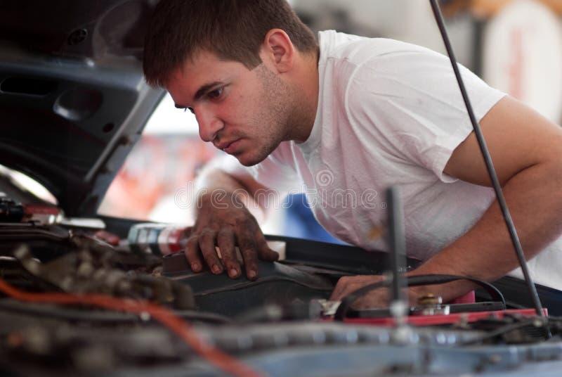 Uomo che lavora all'automobile. fotografie stock
