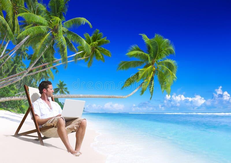 Uomo che lavora alla spiaggia fotografie stock libere da diritti