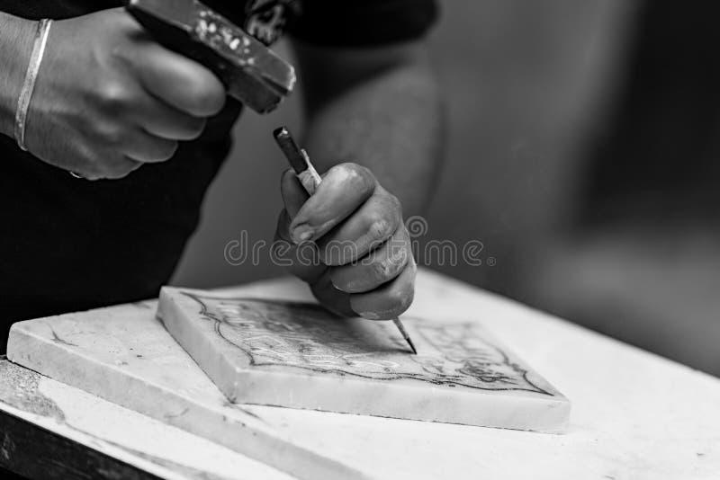 Uomo che lavora in Fès Marocco fotografia stock libera da diritti