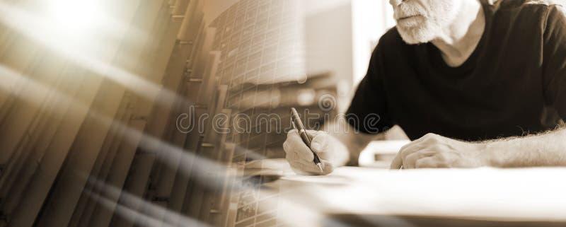 Uomo che lavora nell'ufficio, effetto della luce duro; esposizione multipla fotografia stock
