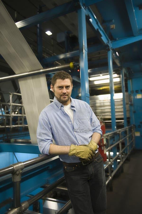 Uomo che lavora nella fabbrica del giornale immagini stock libere da diritti