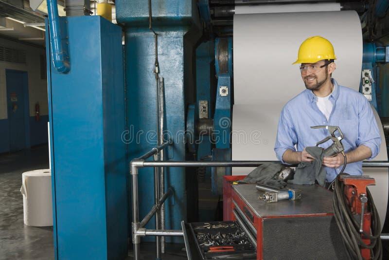 Uomo che lavora nella fabbrica del giornale fotografie stock libere da diritti