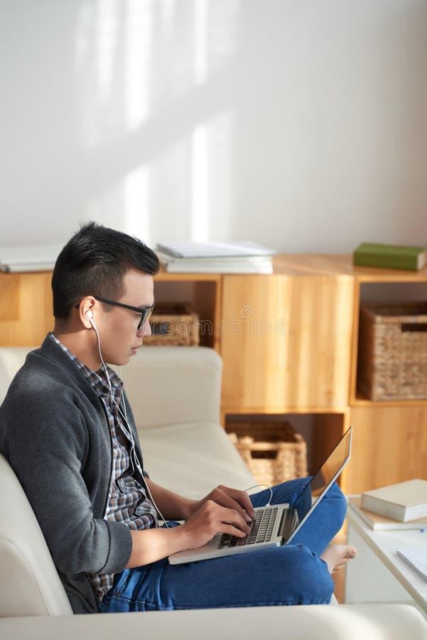 Uomo che lavora online a casa fotografie stock libere da diritti