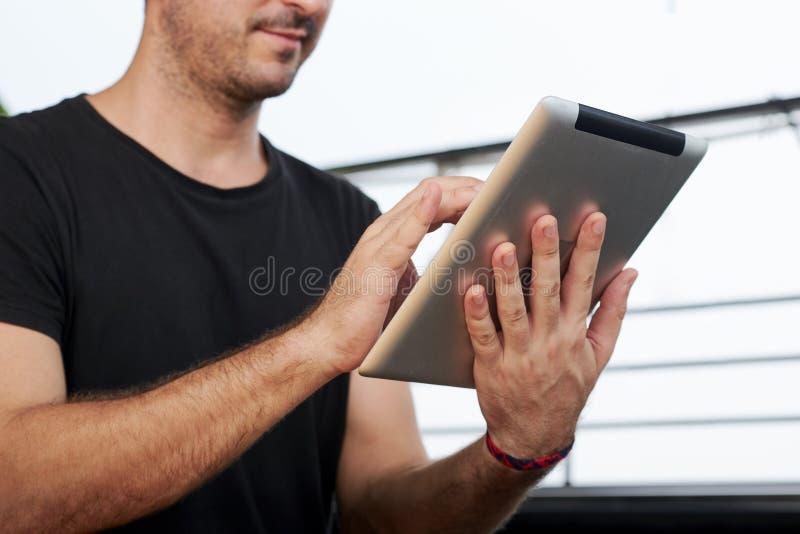 Uomo che lavora online immagini stock