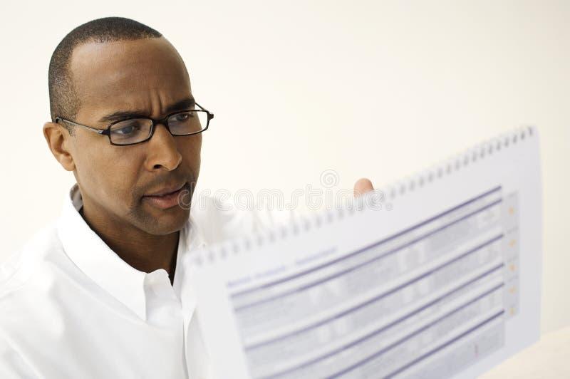 Uomo che legge un documento immagini stock libere da diritti