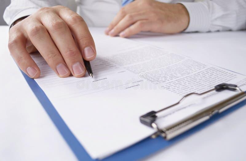 Uomo che legge un documento scritto fotografia stock libera da diritti