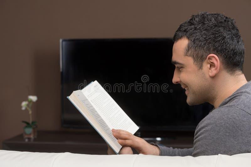 Uomo che legge un libro. immagine stock libera da diritti