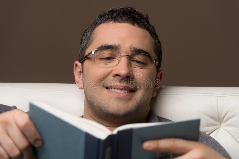 Uomo che legge un libro. immagini stock libere da diritti