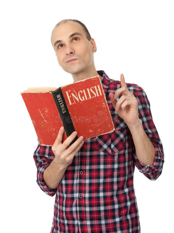 Uomo che legge un libro inglese fotografia stock libera da diritti