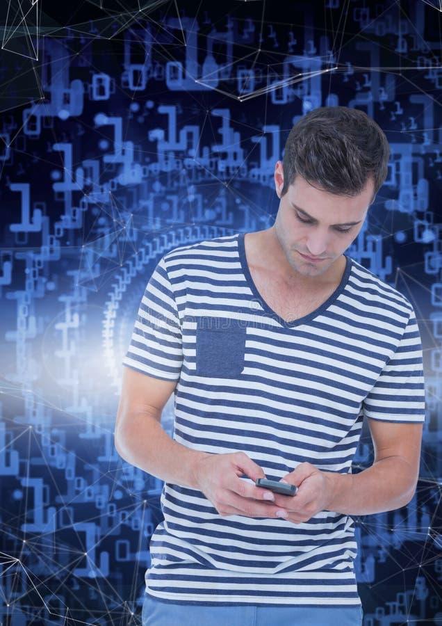 Uomo che manda un sms sull'interfaccia blu fotografia stock libera da diritti