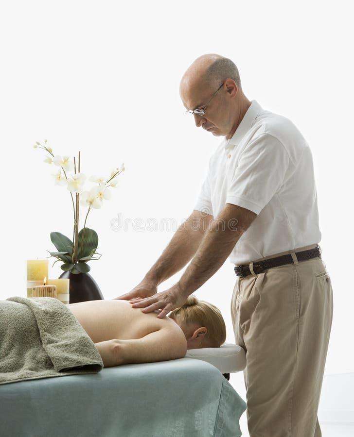 Uomo che massaggia donna. fotografia stock libera da diritti
