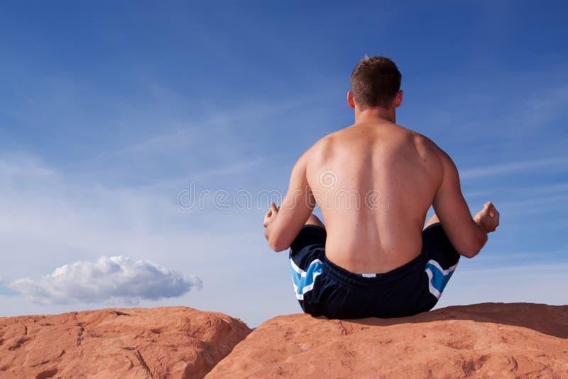 Uomo che meditating all'aperto fotografie stock libere da diritti