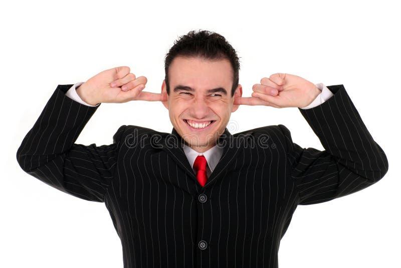 Uomo che mette le barrette in orecchie fotografia stock libera da diritti