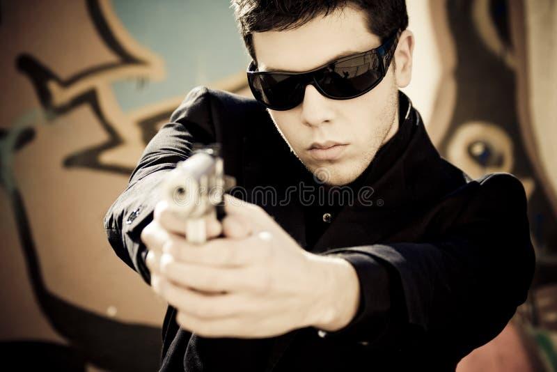 Uomo che mira con la pistola fotografia stock libera da diritti