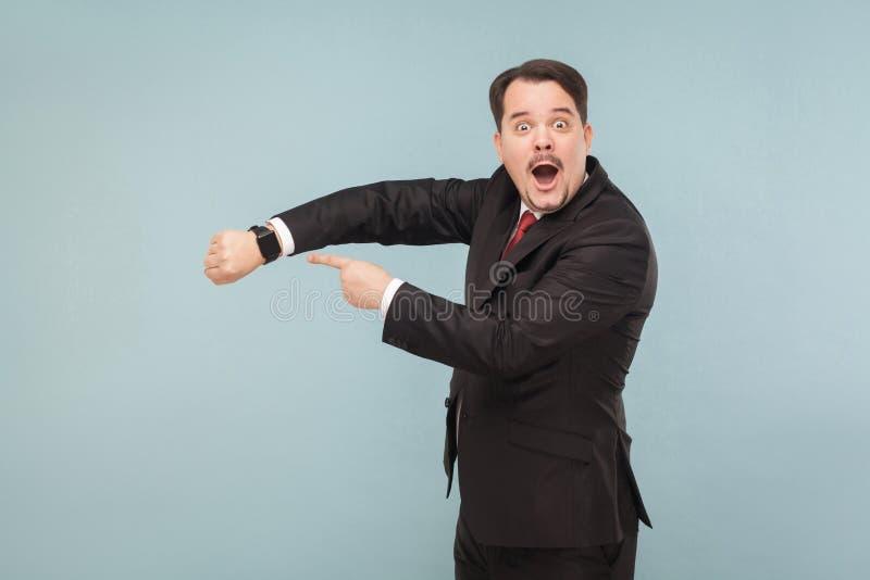 Uomo che mostra all'orologio meglio astuto del nuovo modello fotografia stock libera da diritti