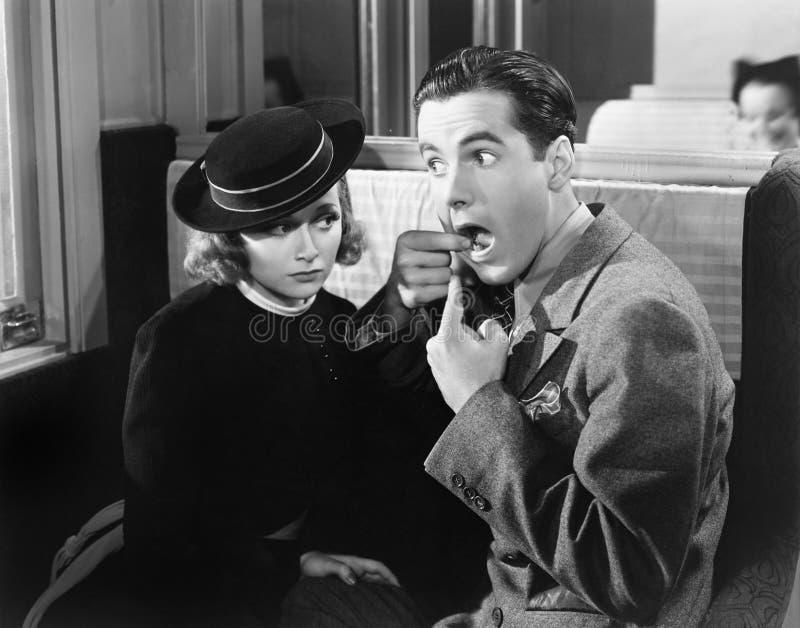 Uomo che mostra donna dentro della bocca (tutte le persone rappresentate non sono vivente più lungo e nessuna proprietà esiste Ga immagine stock