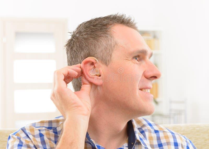 Uomo che mostra gli aiuti sordi fotografia stock