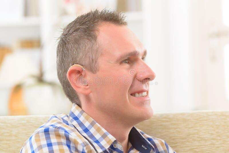 Uomo che mostra gli aiuti sordi immagini stock