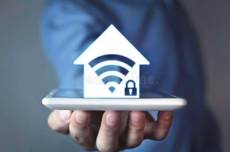 Uomo che mostra l'icona domestica di sicurezza di wifi fotografie stock libere da diritti