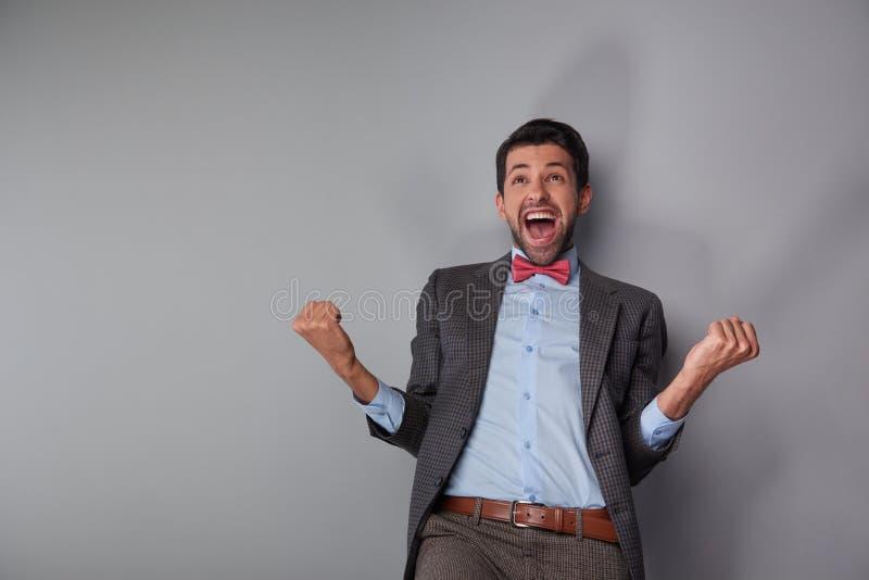 Uomo che mostra la suoi felicità e successo immagine stock libera da diritti