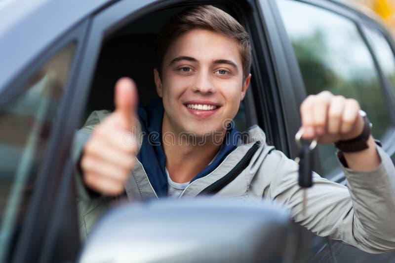 Uomo che mostra tasto dell'automobile fotografia stock