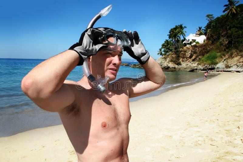 Uomo che naviga usando una presa d'aria fotografie stock libere da diritti