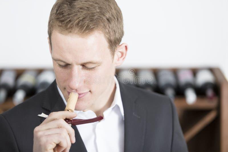 Uomo che odora un tappo del sughero fotografia stock libera da diritti