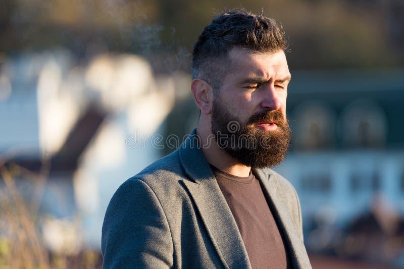 Uomo che osserva il tramonto Guy Stylish long barbeard Taglio fresco Hipster barbuto uomo con baffi disfocati immagine stock libera da diritti