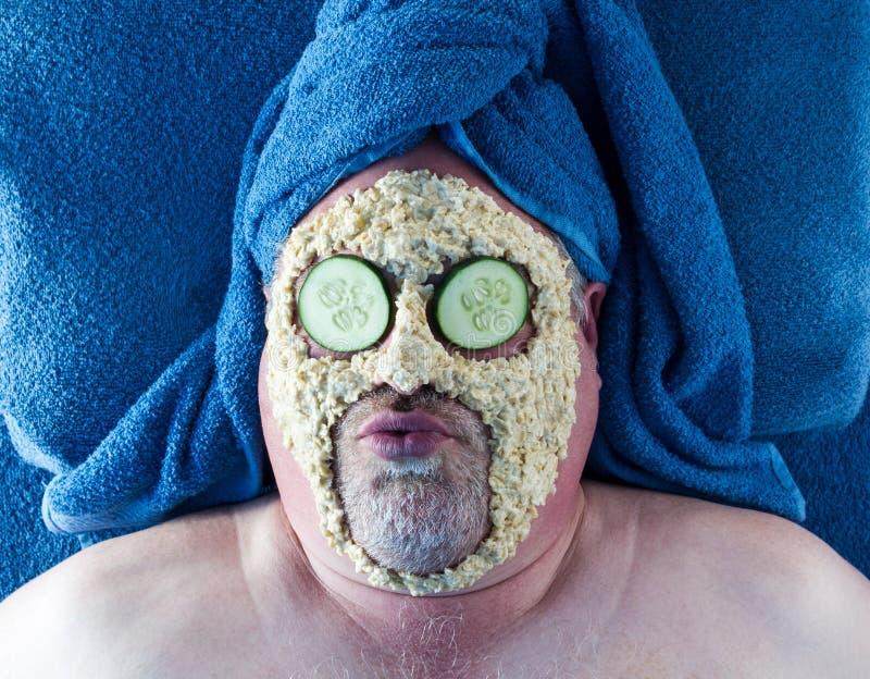 Uomo che ottiene facciale con espressione facciale sciocca immagini stock