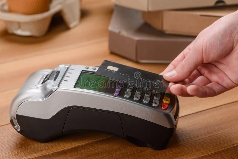 Uomo che paga dalla carta di credito senza contatto fotografia stock libera da diritti