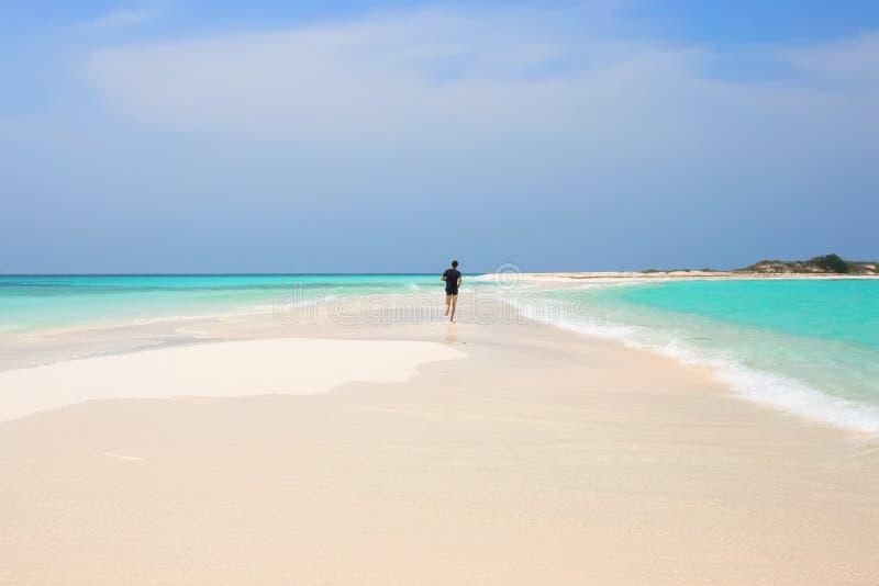 Uomo che pareggia sulla spiaggia fotografie stock