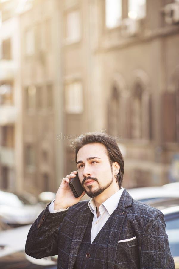Uomo che parla sul suo telefono, stile inglese di affari fotografia stock