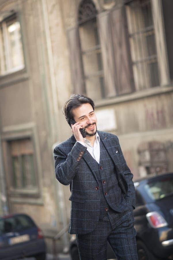 Uomo che parla sul suo telefono, stile inglese di affari immagini stock