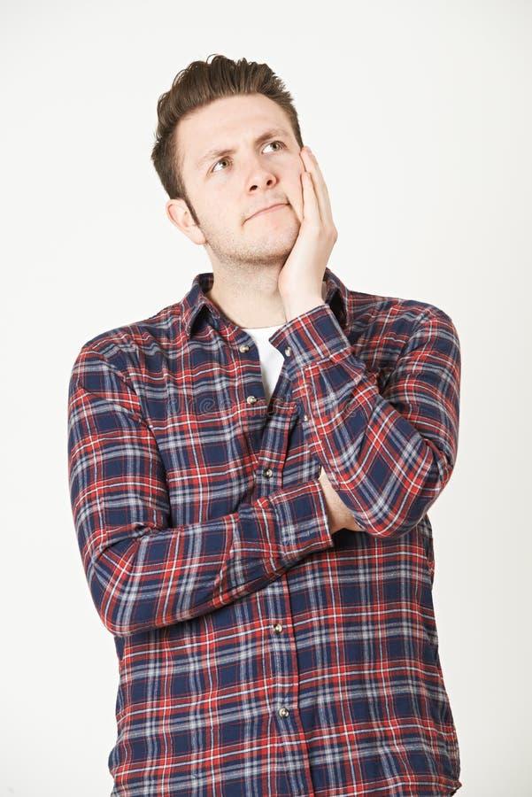 Download Uomo Che Pensa All'idea Contro Il Fondo Bianco Immagine Stock - Immagine di imbarazzato, colpo: 55360823