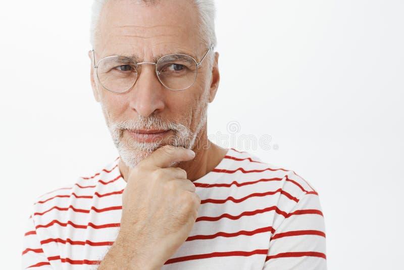 Uomo che pensa come renda la famiglia ricca e felice Ritratto bello di maturo astuto e premuroso intelligente pensionato fotografia stock libera da diritti